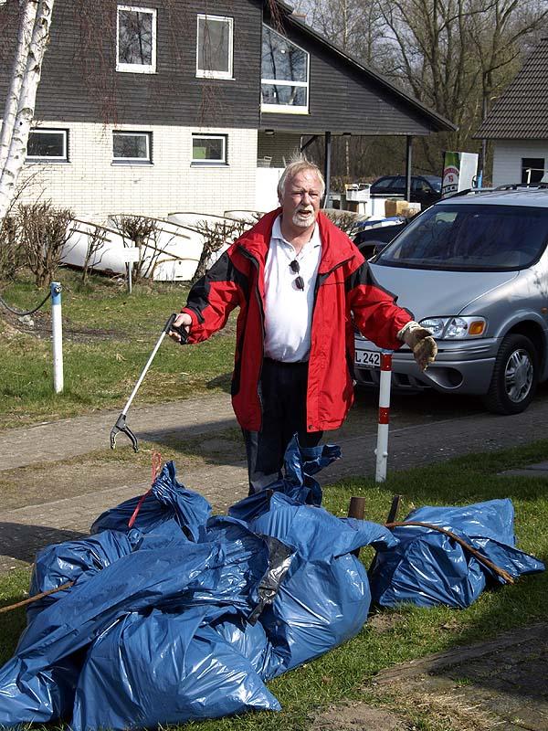 Reichlich Müll wurde von den Seglern - hier in Hüde - gesammelt